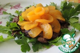 Рецепт: Теплый салат из куриной печени и персиков