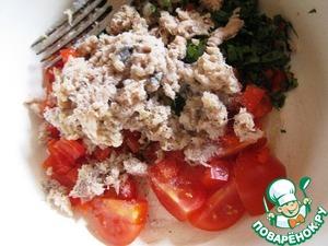 Добавить тунец к основной массе, добавить бальзамик, перец, соль, оливковое масло. Все перемешать. Всыпать готовый кускус и тоже все размешать. Украсить кресс-салатом ил базиликом.