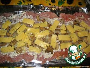 Сверху - слой тертого или нарезанного тонко сыра.      Аккуратно свернуть курицу с начинкой в виде рулета (я сворачивала в фольге), аккуратно выложить на противень; за 10 минут до готовности фольгу раскрыть и рулет сверху смазать майонезом.   Готовить в разогретой духовке 40-50 минут.