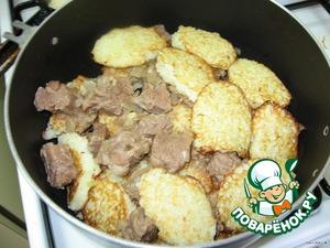 Картофель и луковицу натереть на мелкой терке (я пропускаю через мясорубку). Добавить яйцо, муку. Посолить. На сковороде пожарить драники.   В кастрюлю положить слой тушеного мяса. На него слой драников и т. д. Все залить соусом, в котором тушилось мясо. Тушить 15 минут.   Приятного аппетита!