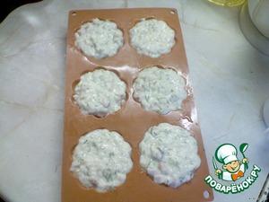 Формы для кексов смазать растительным маслом, выложить смесь до краeв формы.