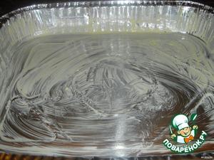 Смазать одноразовую форму сливочным маслом, если Вы берeте обыкновенную форму, выстелите ещe бумагу для выпекания.