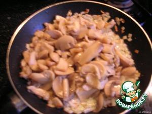 Добавить к луку измельченные грибы и обжарить до готовности.