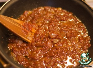 Passeruem finely chopped onion in vegetable oil with tomato sauce.