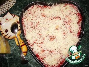 Посыпаем тертым сыром и ставим в разогретую до 200 градусов духовку на 20 минут.