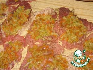 Раскладываем нашу свининку, солим, перчим, посыпаем приправками (обе стороны) и раскладываем начиночку равномерно по всему мяску.