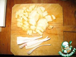 2. 2-3 картофелины чистим, режем кубиками, корень петрушки - полосками. Закидываем в кастрюльку с водой, когда вскипит - солим.