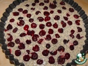 В смазанную форму вылить тесто.   На тесто выложить вишни.