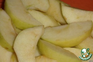 While we baked the chicken we clean the apples and cut into slices.