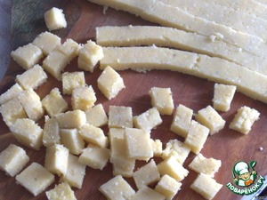 When the polenta has cooled, spread it on a plate and cut into not large cubes.