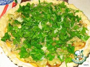 Посыпать нарезанным зубчиком чеснока и зеленью, специями.