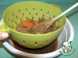 Соус процедить через сито, влить назад в сковороду. Крахмал развести в холодной воде и залить в соус, помешивая, дать закипеть.    Положить томатную пасту, сливки попробовать на вкус, если что, еще приправить.    Уложить в соус мясо.   Готово!
