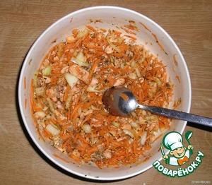 Добавьте соль, сахар, уксус, соевый соус и все необходимые специи. Также можете добавить глютамат натрия (monosodium glutamate), т. к. он очень улучшает и усиливает вкус, но я всё же за здоровое питание, поэтому смотрите сами.   Всё хорошенько перемешайте.