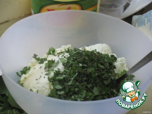 Then while the dough settles a bit, prepare the filling. To do this, take the cheese, sour cream, sugar,mint, carefully mix and leave for 20 minutes to steep the mint and gave it a taste.