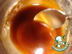 Приготовить соус, смешав в кастрюльке соевый соус, рисовый уксус, тертый на мелкой терке имбирь, довести до кипения, процедить от кусочков имбиря. Развести 2 столовые ложки крахмала двумя столовыми ложками воды и влить в соус, довести до загустения.