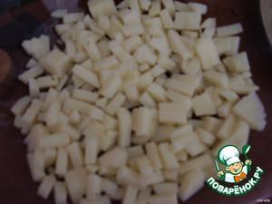 Картофель отварить, натереть на терке или мелко нарезать - это первый слой салата.