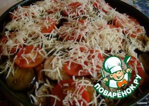 На баклажаны кладем кружки помидорчиков, посыпаем оставшимся сыром.