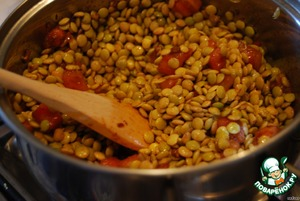 The soaked lentils, rinse, drain the water, add to the pan with the tomatoes. Stew for about 3 minutes.
