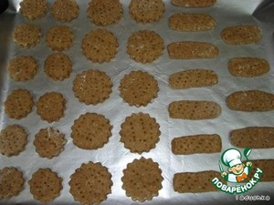 Сверху делаем узор вилкой или приспособлением, чтобы при выпечке печенье не потрескалось.    Выкладываем на противень и выпекаем при температуре 200 градусов 20 минут.  Печенье увеличивается в два раза, так что располагать их нужно подальше друг от друга.   Вкусное, рассыпчатое печенье и не требует много времени и затрат!    Попробуйте, может быть и вам понравится.