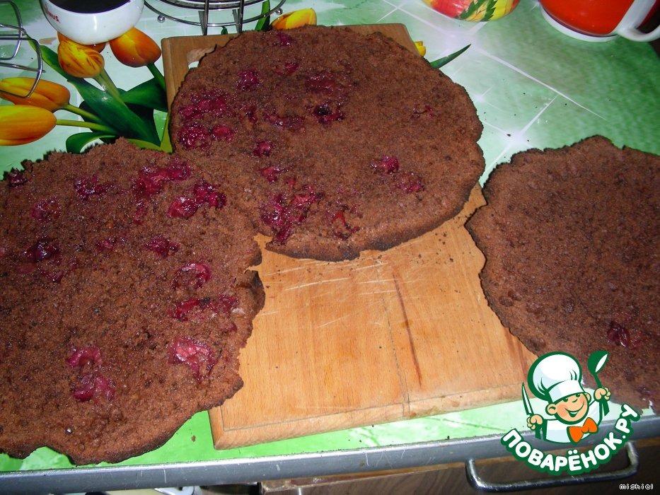 Шоколадный торт с вишней и творожным кремом