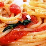 Гнезда из спагетти с томатом и базиликом