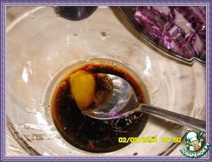 Смешать уксус с кленовым сиропом(у меня был мёд) и маслом из грецких орехов и взбить венчиком.