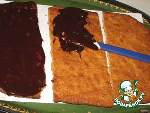 Для прослойки темный шоколад растопить с 2-3 ст.л. молока, немного остудить, зрительно поделить на 5 частей )))   Нанести ровным тонким слоем на все коржи с одной стороны, 2/5 остается в ковшике в теплом месте, чтобы не застыл.   Намазанные коржи убираем в холодильник, чтобы шоколад застыл, буквально 5 минут.   Достаем и два коржа переворачиваем шоколадом вниз и также намазываем их шоколадом с другой стороны.. Даем застыть. Т.е. у нас получается 2 коржа смазанных шоколадом с двух сторон, а один корж только с одной стороны.