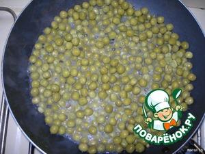 На разогретую сковороду наливаем раст. масло (немного) и высыпаем зел. горошек с небольшим количеством жидкости из банки. Слегка обжариваем и накрываем минут на 5 крышкой, чтобы горошек стал мягким.