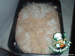За 30 минут до выпечки прогреть духовку до 260°C,    вниз поставить посудину с водой.   Сделать на хлебе надрезы острым ножом.   Выпекать 35 минут, потом снизить температуру до 200°C и печь до готовности (еще примерно минут 30, здесь все зависит от духовки).