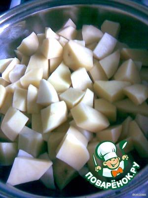 Обжарить порезанную кубиками картошку до золотистой корочки. Посолить, поперчить.