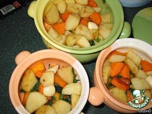 На тыкву разложить обжаренные овощи, снова немного посолить, влить теплой воды чтобы все было покрыто до половины, сверху положить по зубку чеснока и по кусочку масла, накрыть горшочки крышечками.
