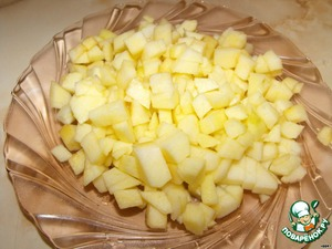 Apples peel and cut into cubes. Sprinkle with lemon juice.
