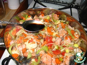 Добавить к рыбе морковь, лук, перец, яблоко, помидор и немного теплой воды. Посолить. Немного потушить, затем добавить чеснок и наршараб.