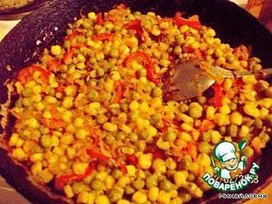Лук, чеснок, морковь, перец, майоран, анис жарить на среднем огне 10 мин. Добавить сладкий перец, кукурузу, горошек и жарить ещё 6-8 мин.