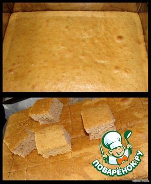 На выпеченный бисквит выливаем оставшийся чай (100 мл) и оставляем до полного остывания.   Затем режем на примерно одинаковые кубики.