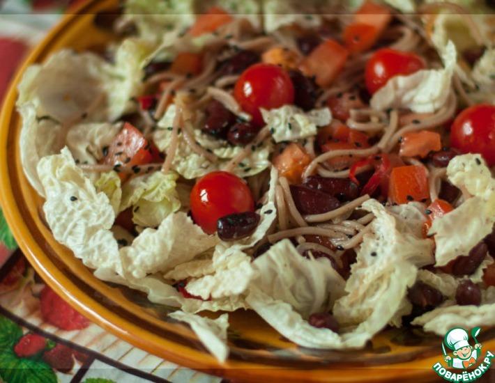 Рецепт: Салат с пекинской капустой и гречневой лапшой