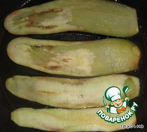 Eggplant fry in vegetable oil until Golden brown. Then put on a paper towel and Pat to remove excess oil.