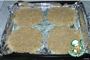 The pan vystelit foil, grease small amount of vegetable oil.  Decompose the part of the grated potatoes on a baking sheet.