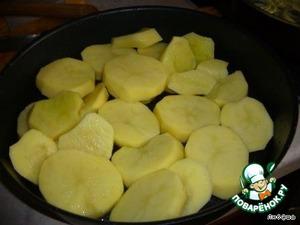 Выложить в посуду нарезанный картофель.