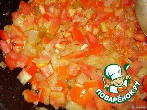 добавить чеснок и помидор к луку и тушить, время от времени помешивая, пока помидоры не станут мягкими