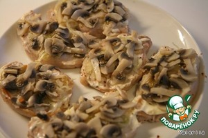 For the mayonnaise, put onions, mushrooms and put on 10-15 minutes in a pre heated oven (180 -200 degrees).