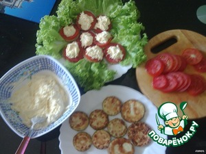 Prepare the dish. The zucchini put a circle of tomato, on top of a hill spread the filling of eggs and cheese. Decorate with green salad.
