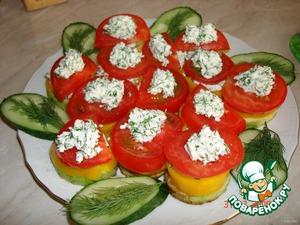 Затем – помидоры. И сверху украсить оставшимся творогом.