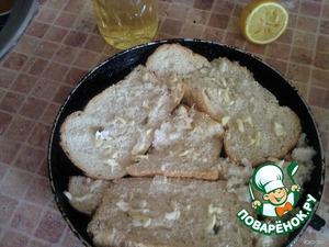 нарезаем хлеб,так что бы на форме не было пробелов,посыпаем чесноком