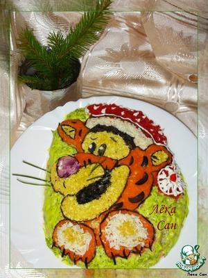 Для мордочки использовались:  желтый цвет - желток, белый - белок, черный - маслины, лиловый - белок с соком свеклы, усики - стебли укропа.    Обмазать оставшиеся места майонезом с добавлением измельченного шпината или укропа  (для цвета), либо использовать пищевой краситель.   Контур - тонко нарезанные соломкой маслины.   Охладить в течение 1-2 часов.