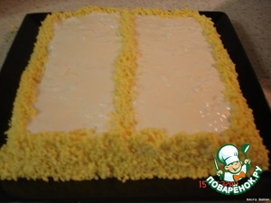 Fluff layer with mayonnaise, milestones, cover with mayonnaise abundantly, we begin to decorate the yolk