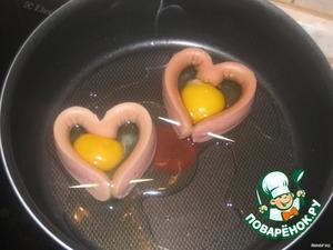 В середину сосиски разбить яйцо.