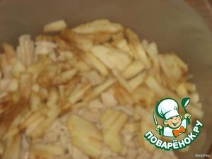 Яблоко очистить, нарезать соломкой.