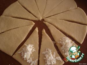 Раскатать тесто и разрезать на части, на толстую часть уложить фету,