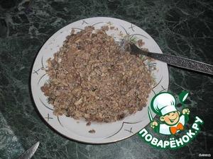 Сайру выложить в тарелку и размять вилкой.